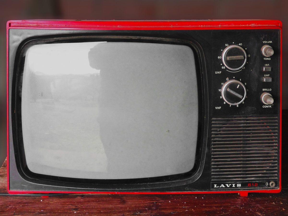 Samotny odetchnięcie przed telewizorem, lub niedzielne serialowe popołudnie, umila nam czas wolny oraz pozwala się zrelaksować.